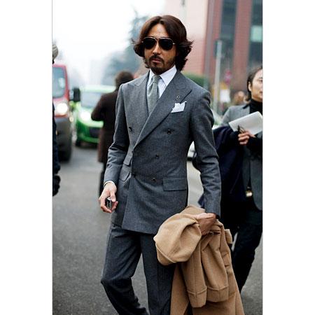 costume gris croisé cravate grise pochette trois pointes