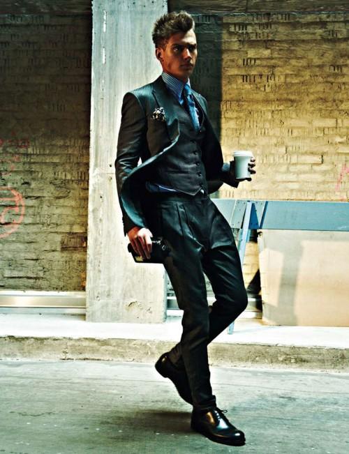 dandy costume gris foncé chemise cravate bleues pochette noire