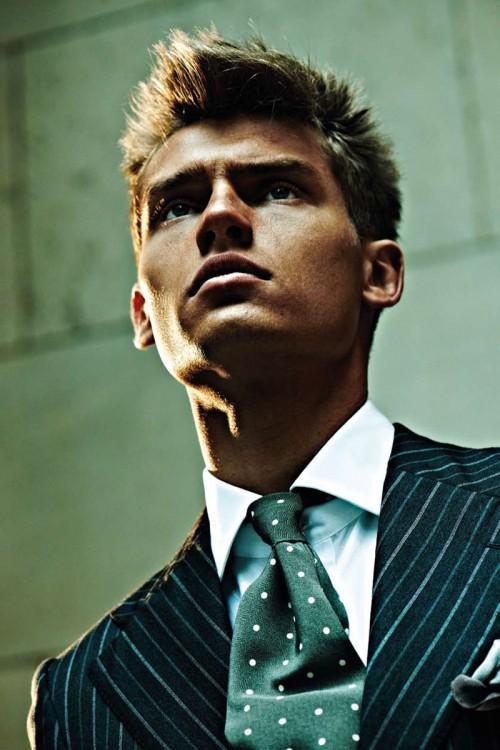 costume noir à rayures blanches cravate à pois