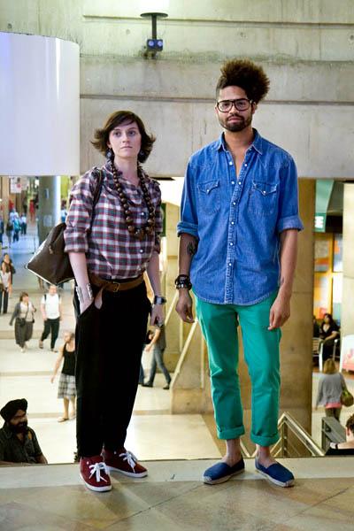 espadrilles , pantalon vert , chemise jean