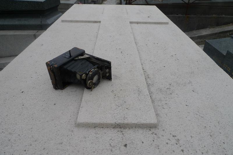 Vieil appareil photo argentique mort sur tombe