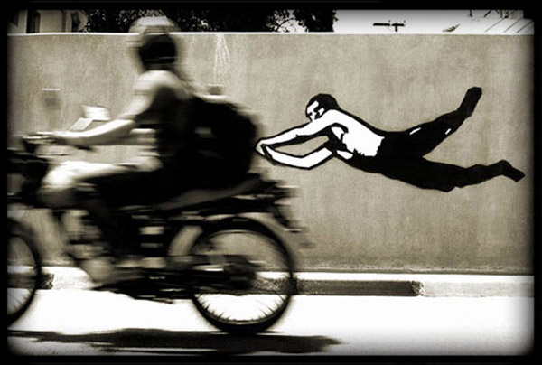 Photographie Graffiti moto vole
