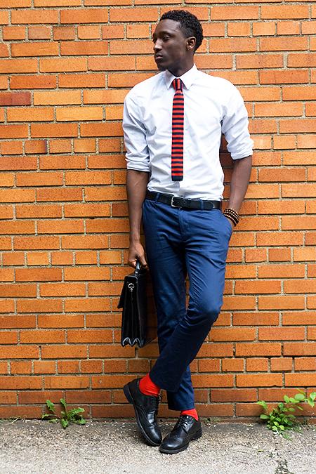 ceniture noire derbies noires jean bleu délavé cravate tricot rayée