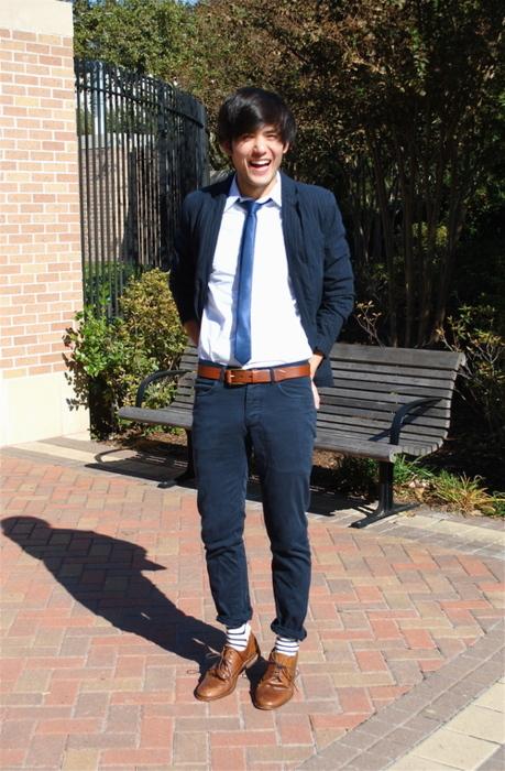 chaussures marrons ceinture marron chemise blanche cravate bleue