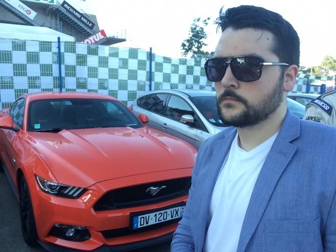 Look à la Miami Vice pour mes retrouvailles avec une Mustang en Competition Orange