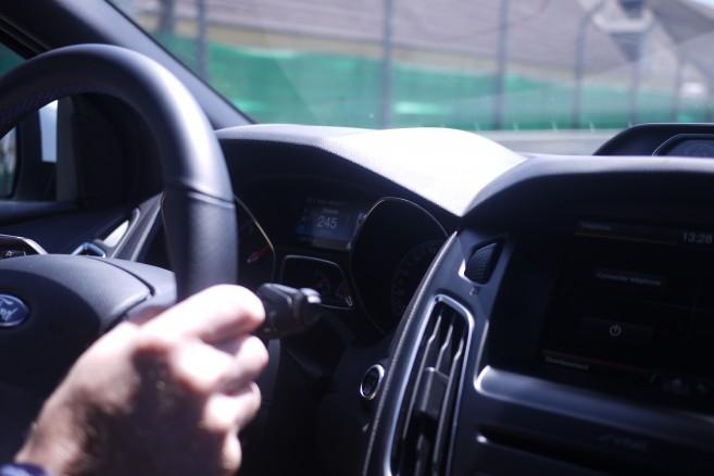 Dans la Focus RS en passager, on voit ce genre de chiffres sur le compteur